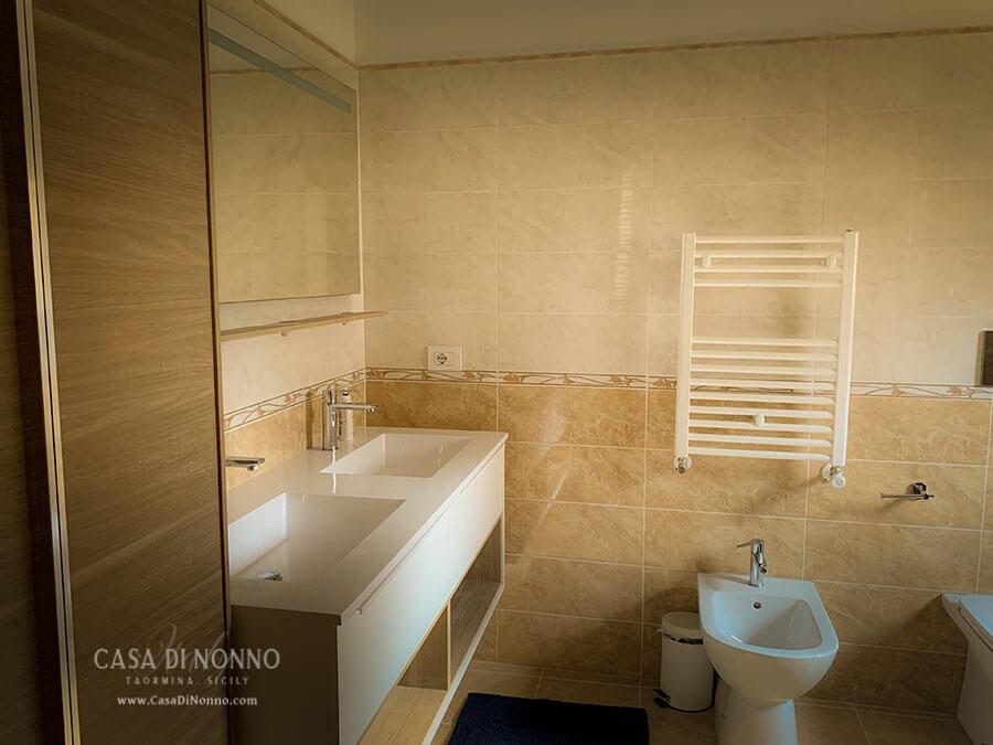 Casa di Nonno master bathroom